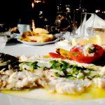 Fel de mâncare pe bază de pește, servit la Cina la restaurantul Thalassino Ageri situat în orașul Chania din Creta