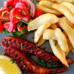 Fel de mâncare pe bază de pește, servit la restaurantul Kalipso din orașul Chania, Creta.