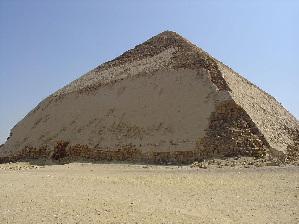 Egipt. Piramida construita de faraonul Sneferu este cunoscuta ca si piramida inclinata