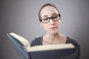 Cum să-ți îmbunătățești memoria - femeie carte ochelari