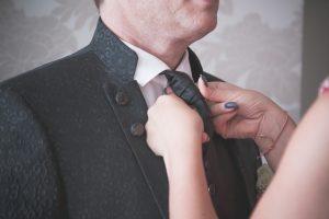 Cum se face nodul la cravată rapid și ușor. O femeie leagă cravata soțului ei