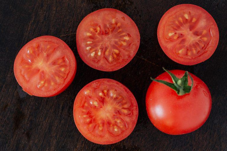 Salata de roșii românească, felul de mâncare european de vară cu cele mai puține calorii